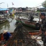 Nelayan Di Cirebon Lakukan Perbaikan Perahu Sembari Menunggu Cuaca Membaik