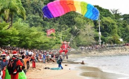 Jelang Natal, Hujan Sinterklas Warnai Langit Jayapura