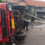 Truk Tangki BBM Tabrak Tiang PJU Hingga Terguling di Bandung
